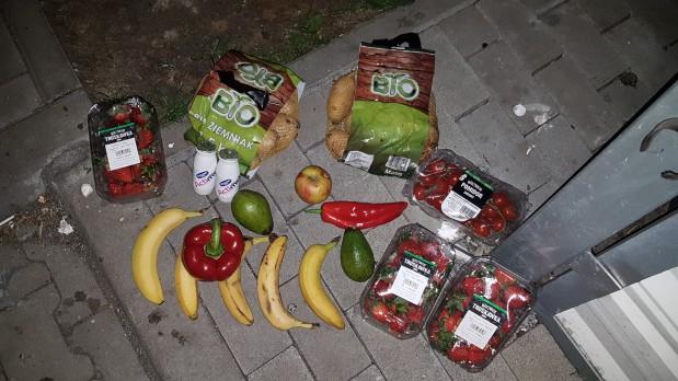 1594994-w-jednym-ze-smietnikow-znalazlysmy-m-in-ziemniaki-bio-truskawki-dojrzale